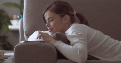 chatbot emozionale conversa con giovane donna
